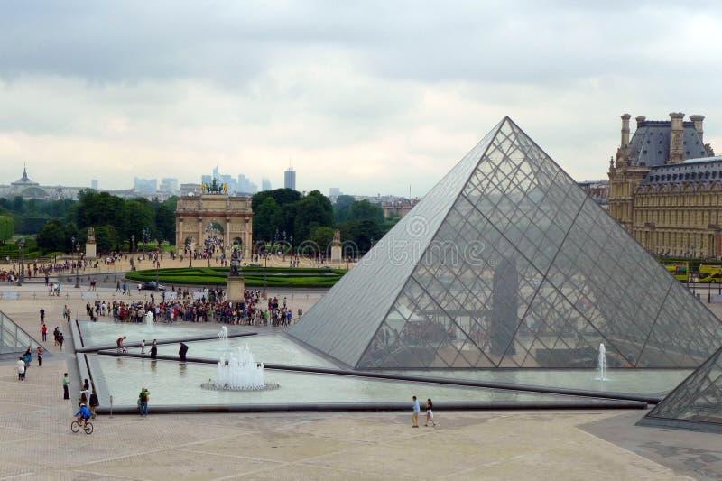Entrada de la pirámide a Musee du Louvre imágenes de archivo libres de regalías