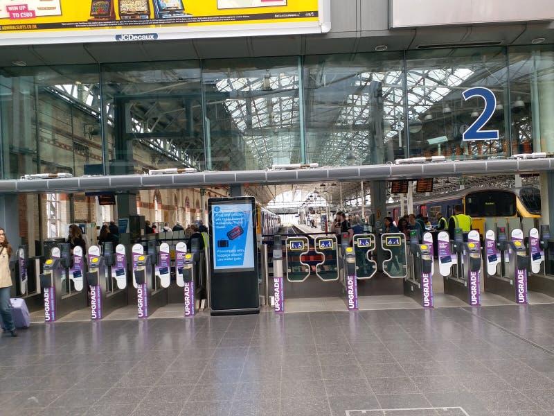Entrada de la plataforma en la estación de Piccadilly, Manchester imagen de archivo