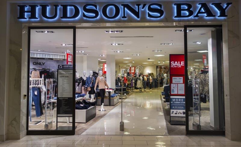 Entrada de la tienda de la bahía del ` s del Hudson en Calgary Alberta Market Mall Shopping Center foto de archivo libre de regalías