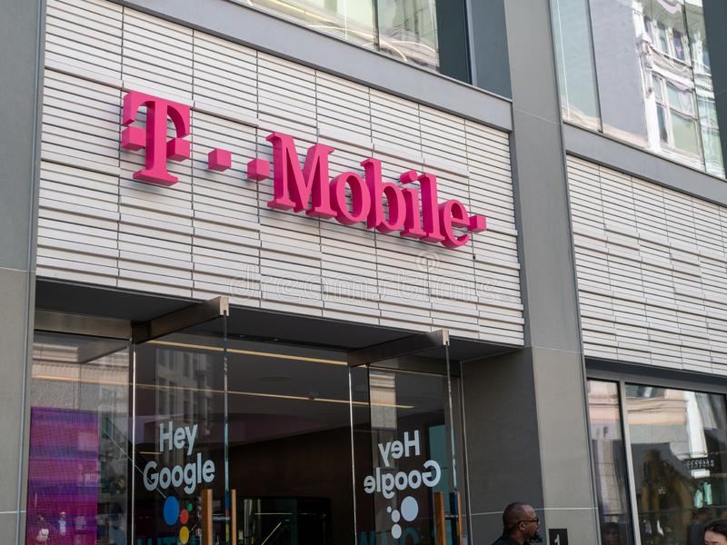 Entrada de la tienda de T-Mobile del buque insignia en San Francisco céntrico fotografía de archivo libre de regalías