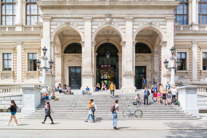 Entrada de la universidad de Viena del edificio principal foto de archivo