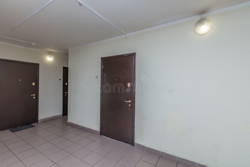 Entrada de las puertas del apartamento imagen de archivo