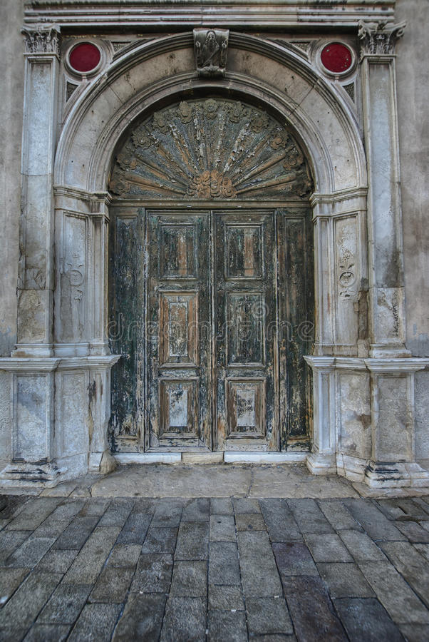 Entrada de madeira antiga velha do portal do vintage da porta imagem de stock royalty free