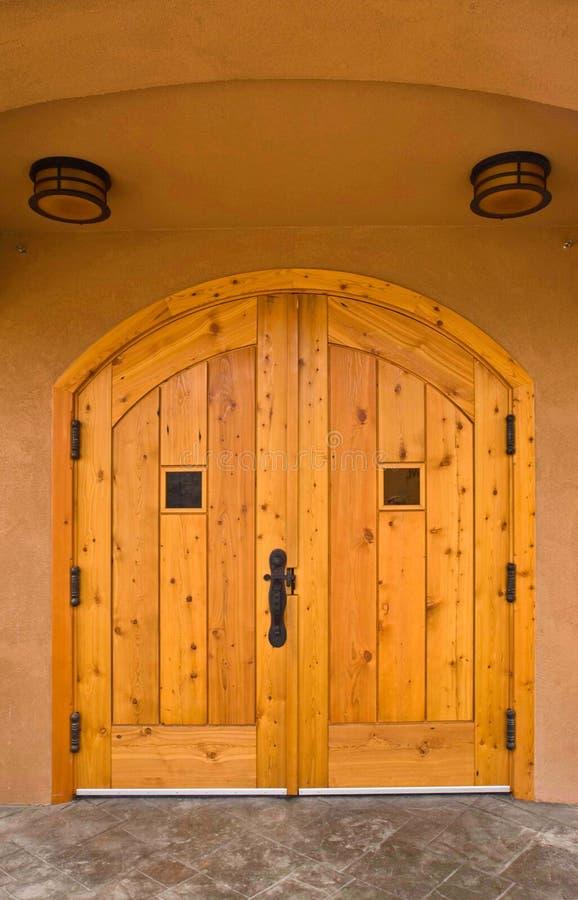 Entrada de madeira arqueada fotografia de stock royalty free