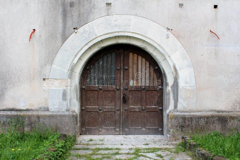 Entrada de madeira cinzelada maciça da porta quadro nas telhas de pedra fotografia de stock royalty free