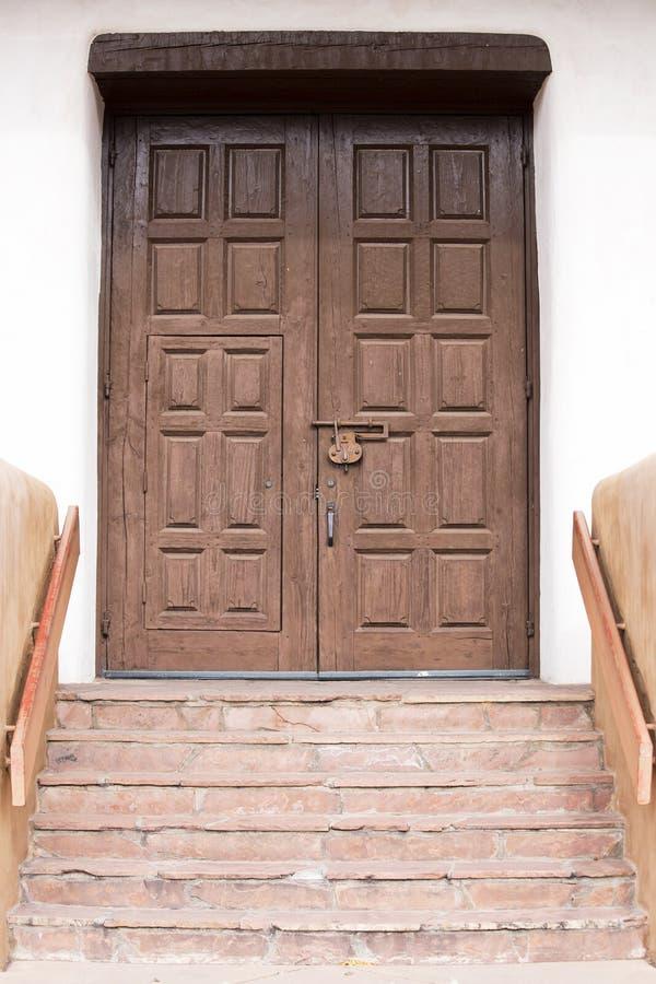 Entrada de madeira próximo Santa Fe do centro, New mexico fotos de stock royalty free