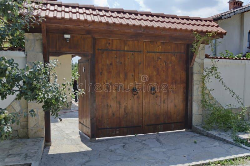 Entrada de madera con el refugio fotografía de archivo libre de regalías