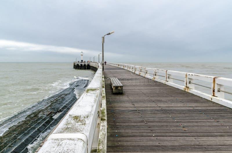 Entrada de madera del embarcadero del puerto marítimo del norte en Nieuwpoort imágenes de archivo libres de regalías