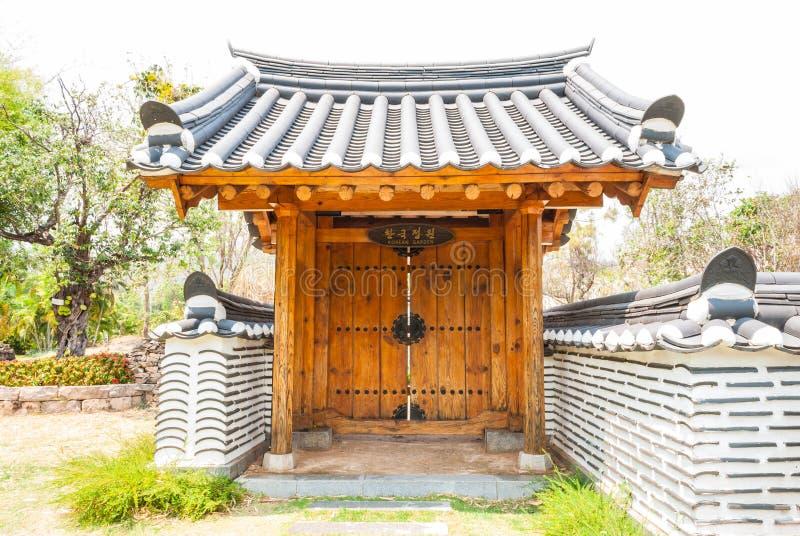 Entrada de madera hermosa en jardín coreano del estilo de la tradición imagenes de archivo