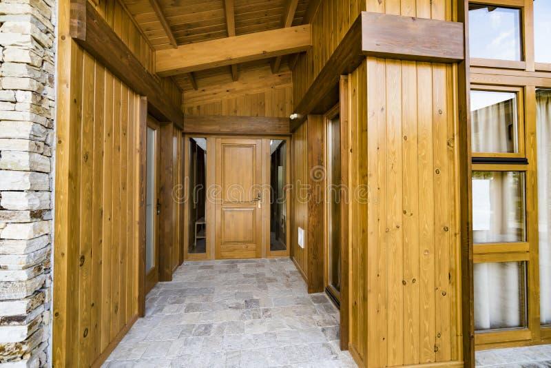 Entrada de madera de la puerta en casa de lujo imagen de archivo libre de regalías