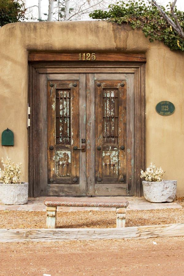 Entrada de madera resistida del sudoeste en Santa Fe, New México foto de archivo libre de regalías