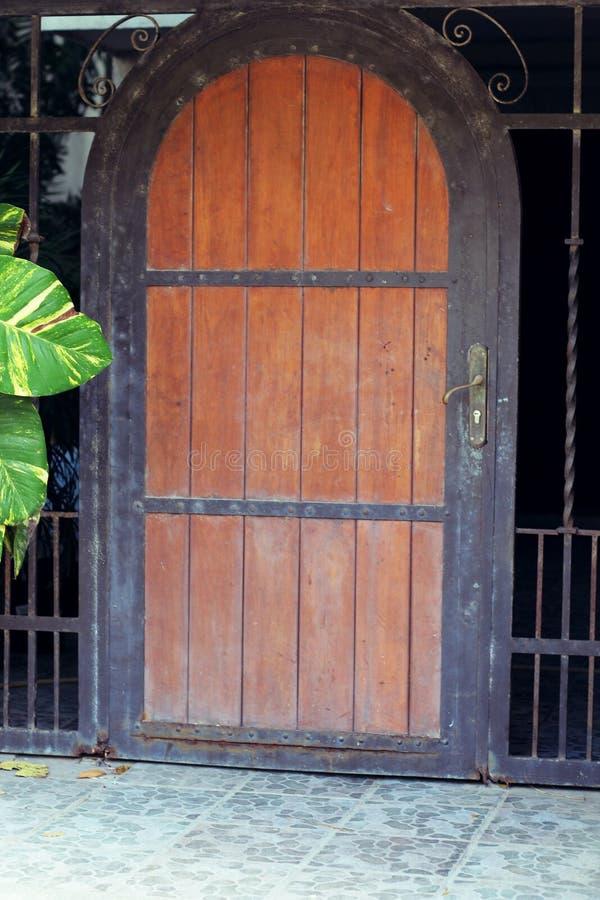Entrada de madera y del metal foto de archivo libre de regalías