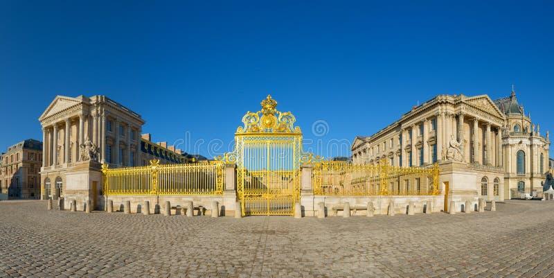 Entrada de oro del palacio de Versalles, Francia fotos de archivo