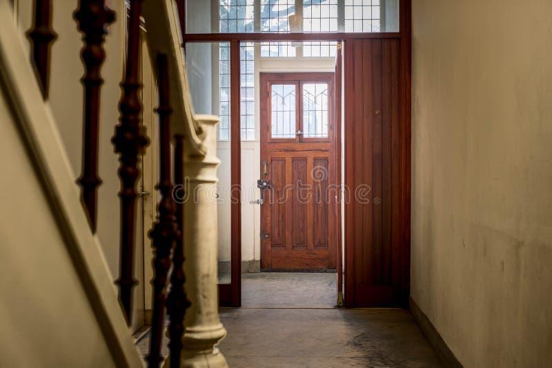 Entrada de Pasillo en una casa vieja y oscura imagen de archivo