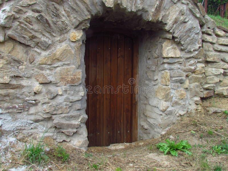 Entrada de pedra à adega subterrânea rural, armazenamento dos vegetais, vinho e vários produtos agrícolas fotos de stock royalty free