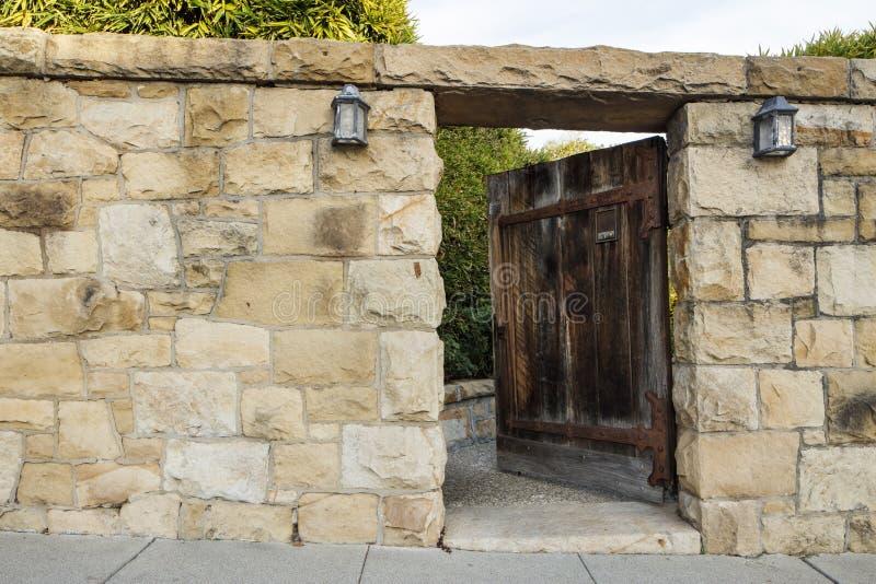 Entrada de porta de madeira em uma parede do arenito imagem de stock royalty free