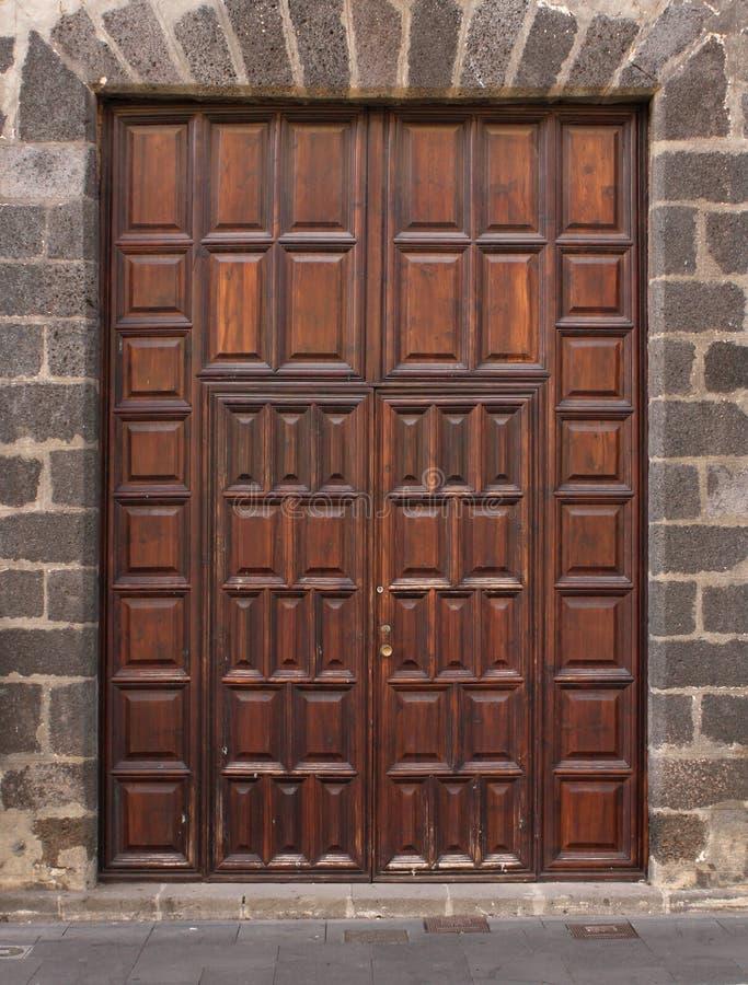 Entrada de puertas de madera imponente imagen de archivo - Puertas de entrada madera ...