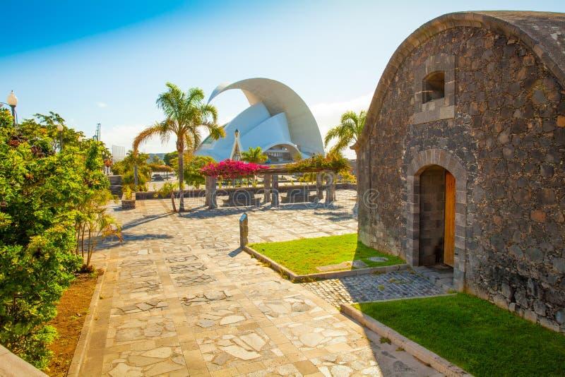 Entrada de Santa Cruz Auditorium y de Castillo San Juan en Tenerife fotografía de archivo libre de regalías