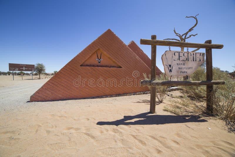 Entrada de Sesriem que acampa, Namibia imagenes de archivo