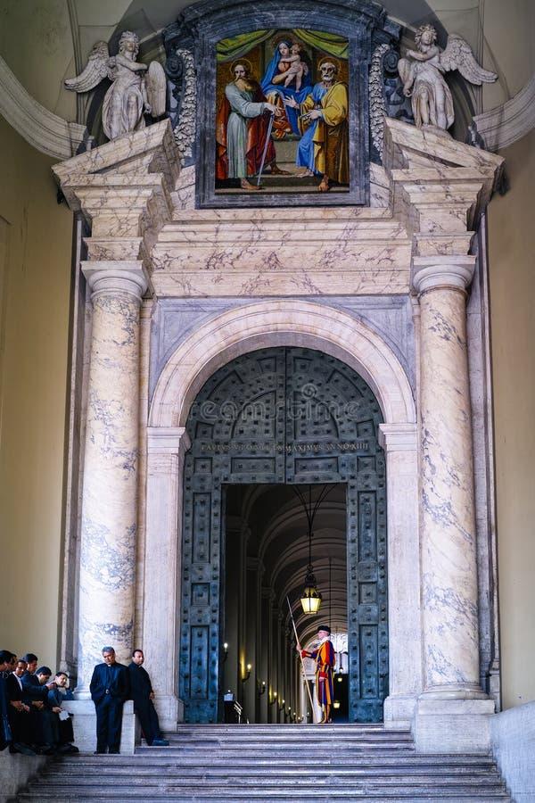 Entrada de St Peters Basilica imagen de archivo