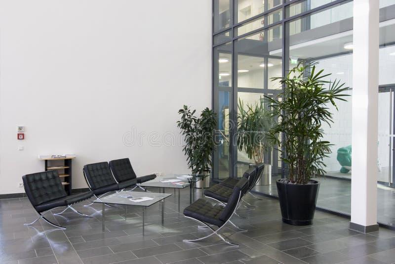Entrada de um edifício moderno imagem de stock royalty free