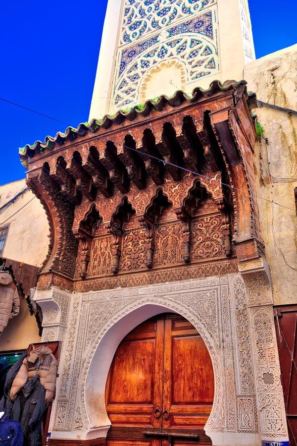 Entrada de uma mesquita no estilo antigo e em uma porta de madeira magnífica fotos de stock royalty free