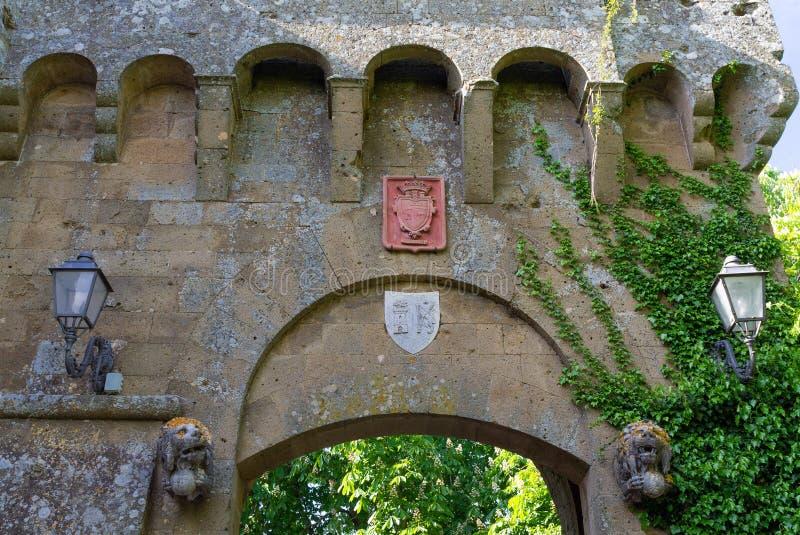 A entrada de uma vila medieval antiga fotografia de stock royalty free