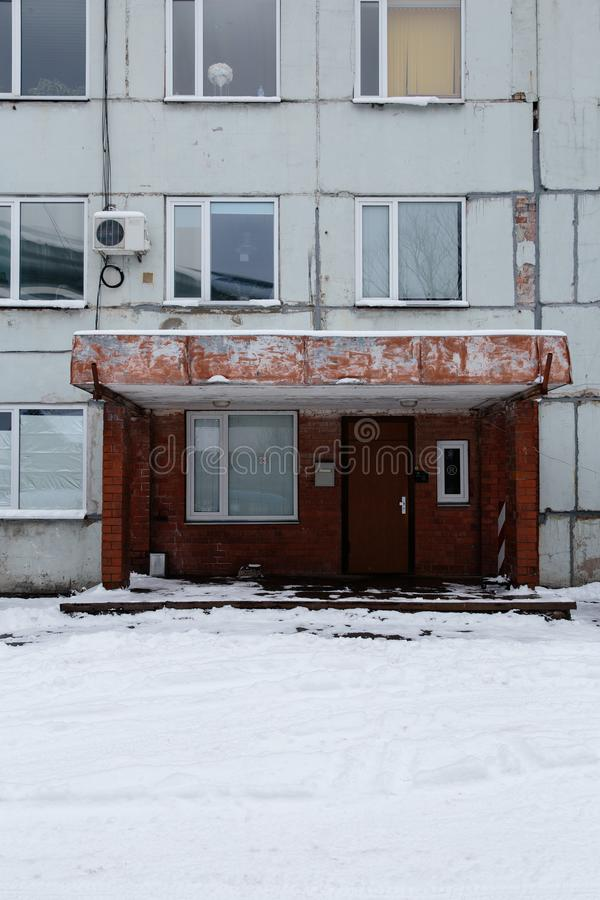 Entrada de un edificio soviético viejo en Riga, Letonia imágenes de archivo libres de regalías