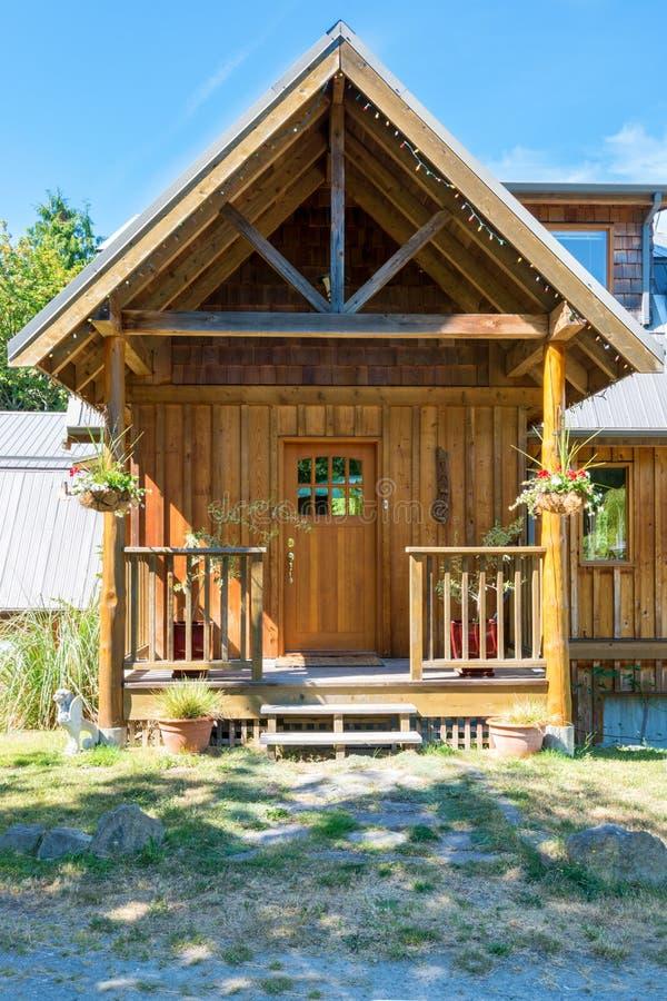 Entrada de una cabaña de madera rústica de lujo foto de archivo libre de regalías