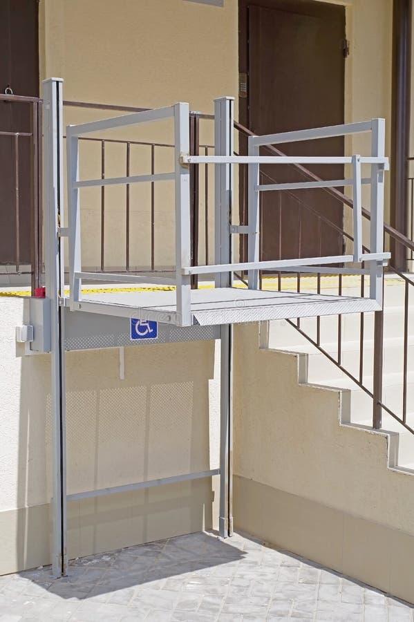 Entrada de vida de la casa equipada de la plataforma de elevación para los usuarios de silla de ruedas imagenes de archivo