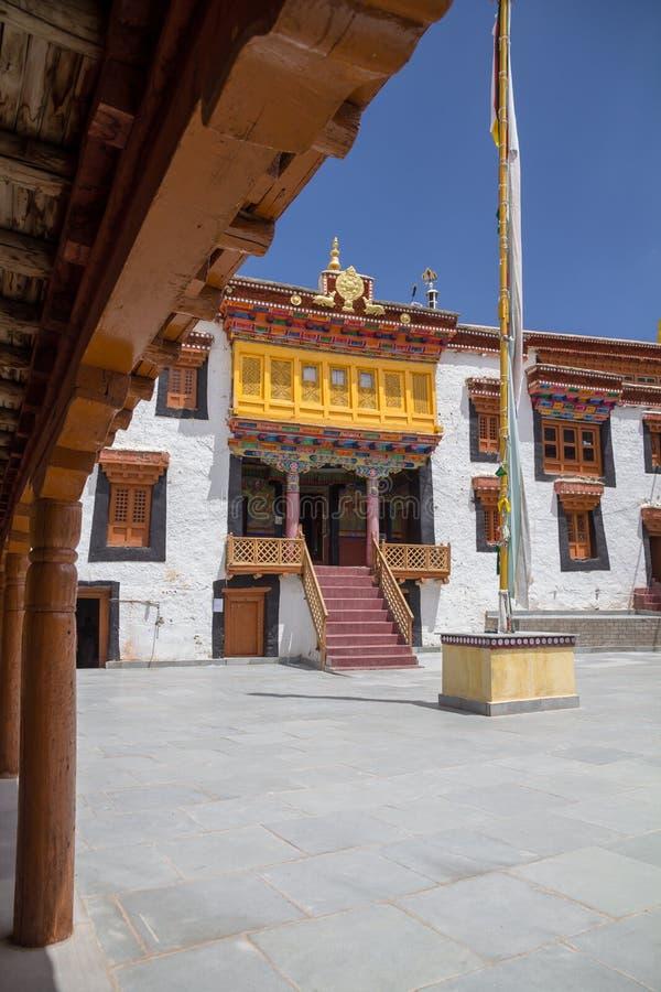 Entrada decorada do templo, monastério de Likir, Ladakh Ima vertical foto de stock
