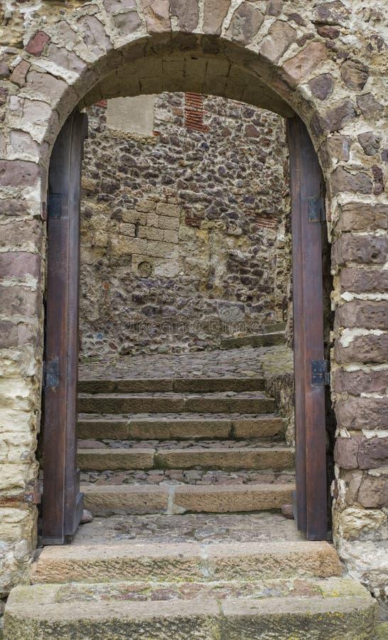Entrada del arco en pared vieja imagen de archivo