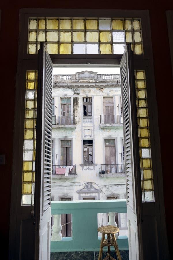Entrada del balcón con el edificio viejo en el fondo - La Habana, Cuba imágenes de archivo libres de regalías