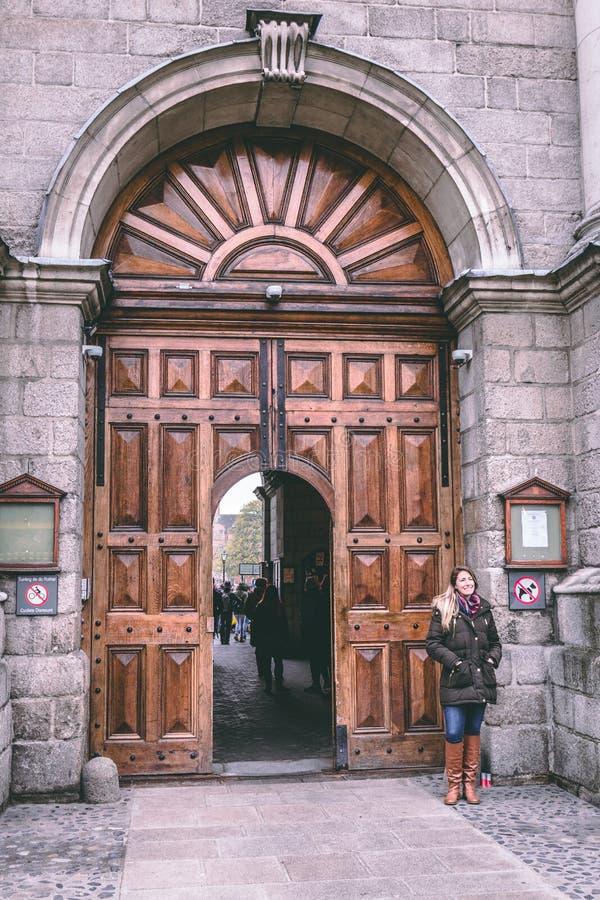 Entrada del campus de la universidad de la trinidad, considerada extensamente ser la universidad más prestigiosa de Irlanda foto de archivo libre de regalías