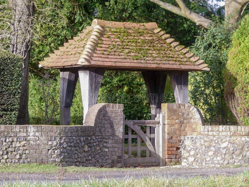 Entrada del estilo de la puerta de Lych a la casa de campo fotografía de archivo