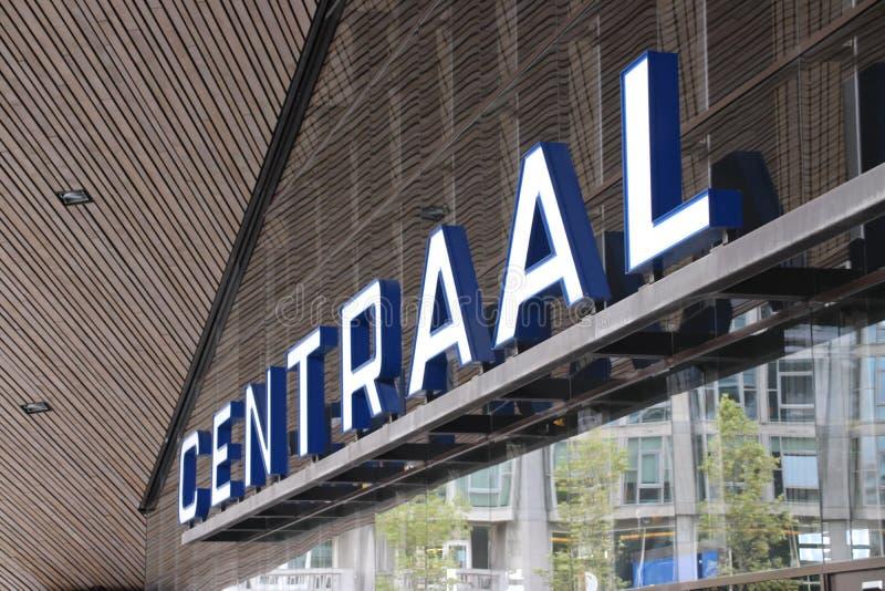 Entrada del ferrocarril de Rotterdam Centraal con nombre en el frente en los Países Bajos imagenes de archivo