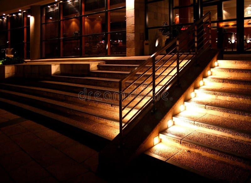 Entrada del hotel en la noche fotografía de archivo
