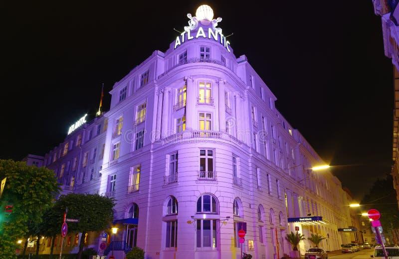 Entrada del hotel prestigioso Atlántico en Hamburgo Alemania Europa con las páginas en la noche un día después del extremo G20 de foto de archivo