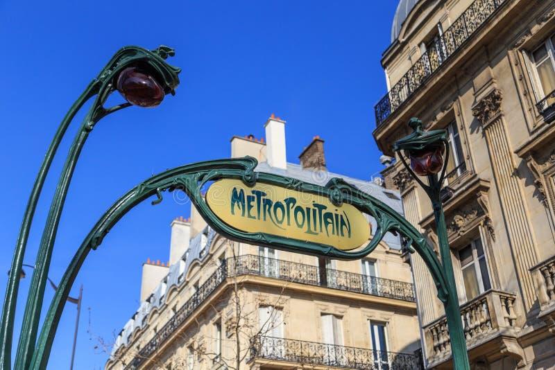 Entrada del metro en París fotografía de archivo