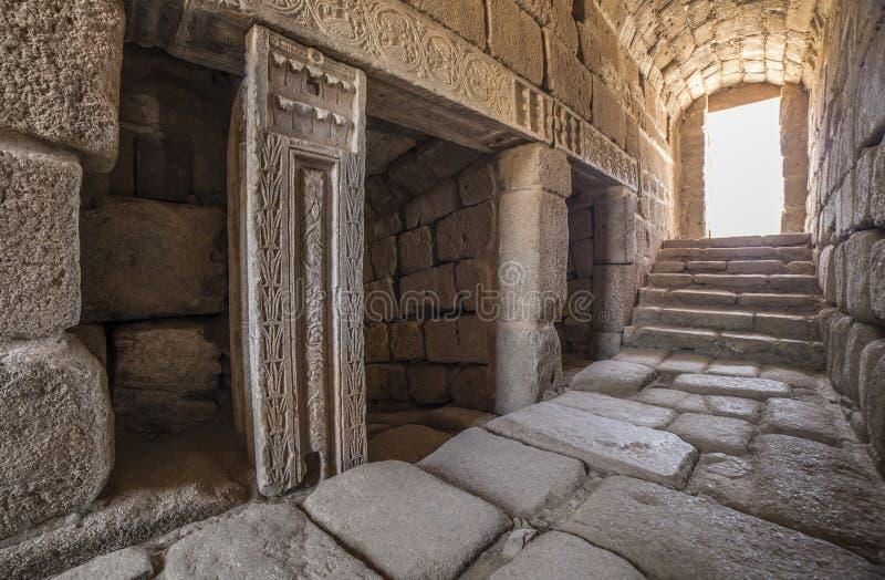 Entrada del norte de la cisterna árabe del agua en Merida Alcazaba, España imagenes de archivo
