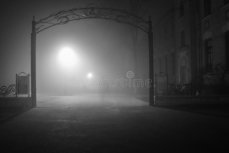 Entrada del parque del fantasma a la medianoche fotos de archivo
