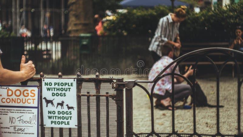Entrada del parque del perro imágenes de archivo libres de regalías