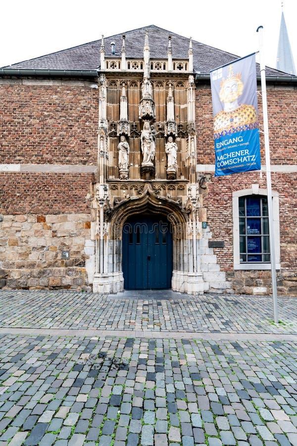 Entrada del tesoro de los dom de Aquisgrán en el centro de ciudad de los clo de Aquisgrán foto de archivo libre de regalías