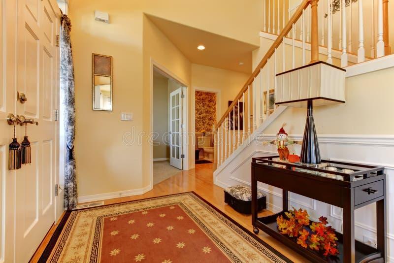 Entrada del vestíbulo con la escalera blanca. imagen de archivo