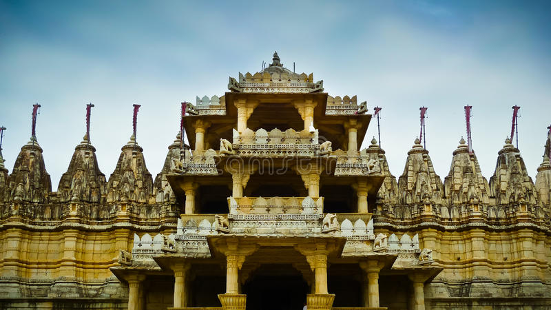 Entrada delantera del templo Jain de Ranakpur imagen de archivo