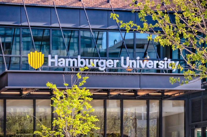 Entrada delantera a las jefaturas de mcdonald de la universidad de la hamburguesa Calles de Chicago fotografía de archivo libre de regalías