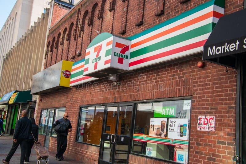 A entrada dianteira e o sinal para a mini loja do mercado sete onze situada na cidade de Market Street no centro, Philadelphfia foto de stock