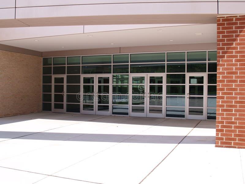 Entrada dianteira para um edifício moderno imagem de stock royalty free