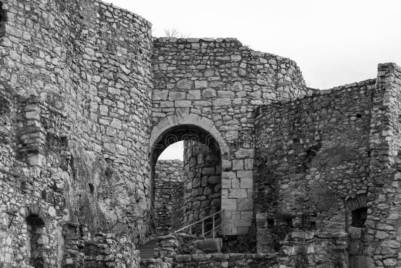 Entrada do arco e ruínas de pedra de desintegração do castelo imagem de stock