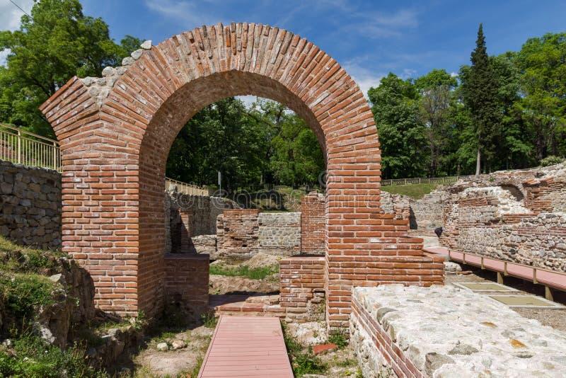 Entrada do banho romano em Diocletianopolis antigo, cidade de Hisarya, Bulgária foto de stock royalty free